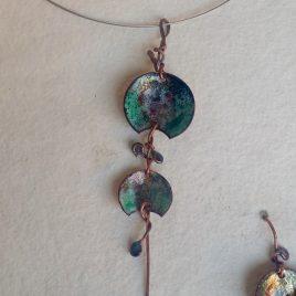 Colgante cobre y esmalte en tonos tierra y turquesas