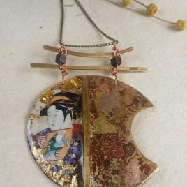 Colgante serie Festos, Geisha con abanico